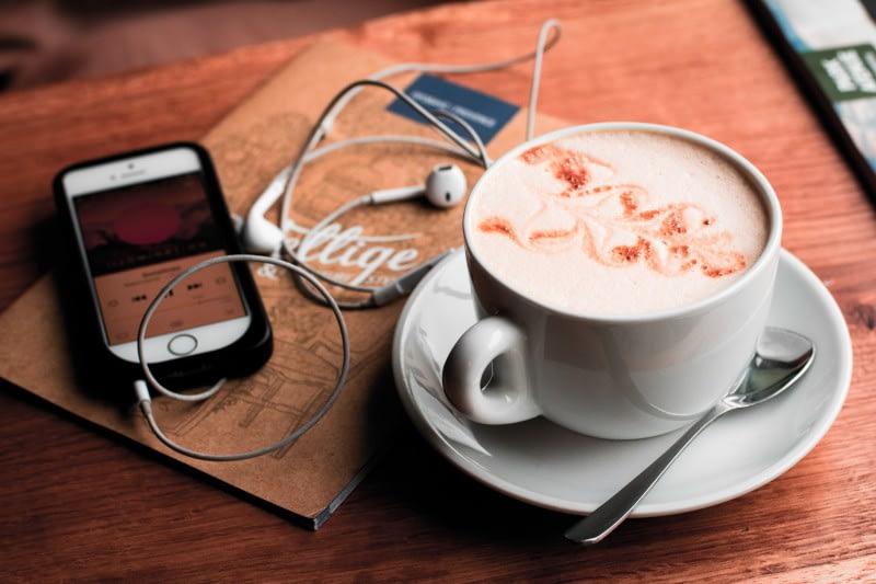 Livre audio et café